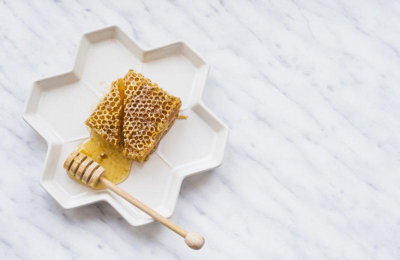 Co leczy miód rzepakowy – sprawdź jego działanie
